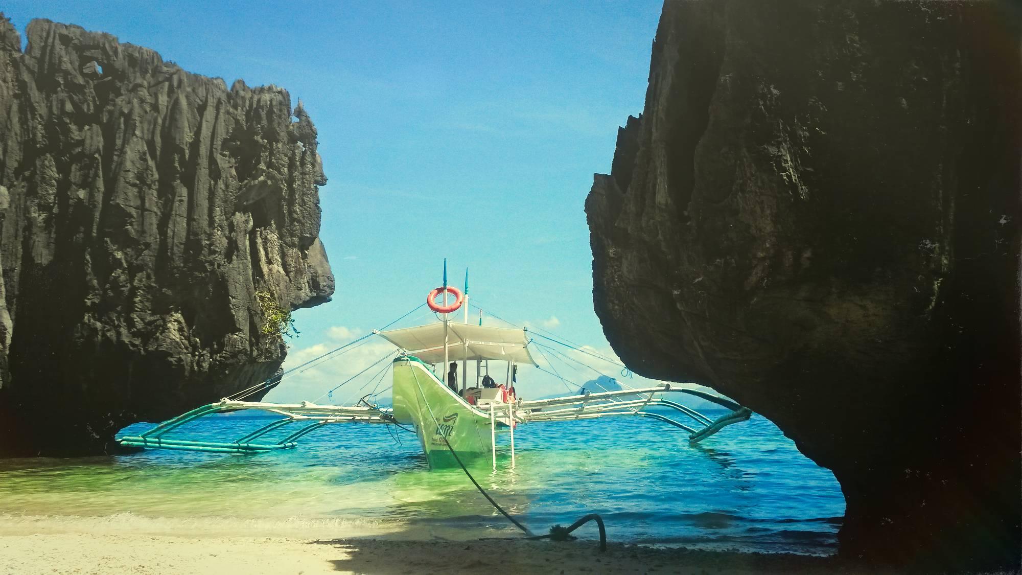 Miniloc saar, kus asuvad suur ja väike laguun.